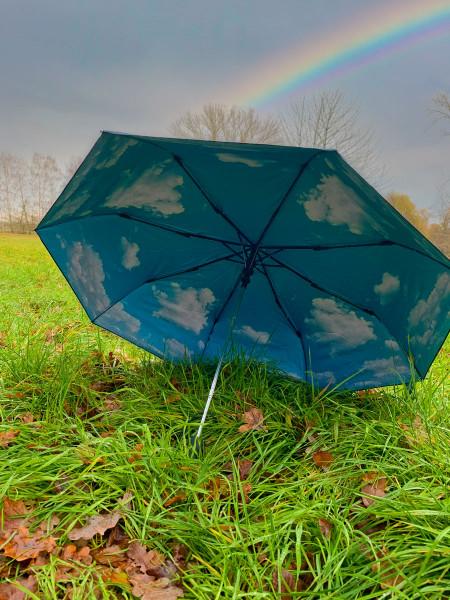 Schirm mit Wolkenmotiv